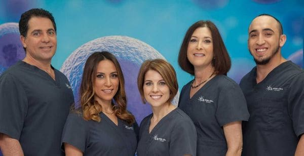 La cuestionada doctora Kristin Comella, en el centro, con su equipo médico.