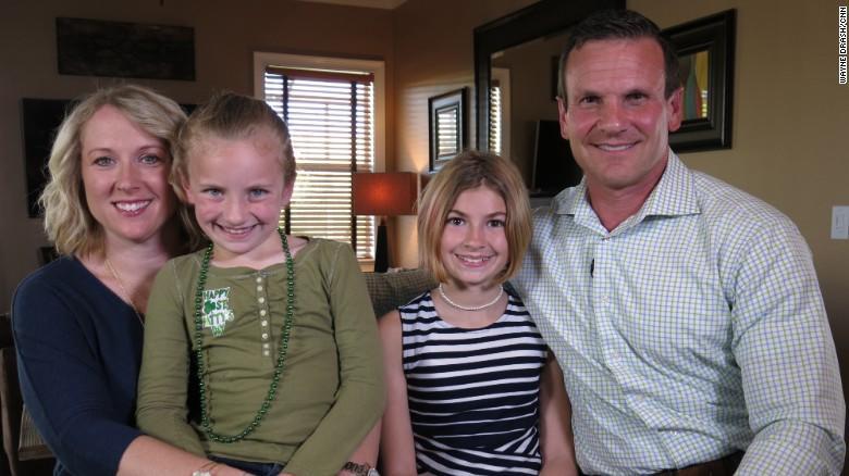Grace, junto a su madre y el resto de su familia, ante las cámaras de la CNN.